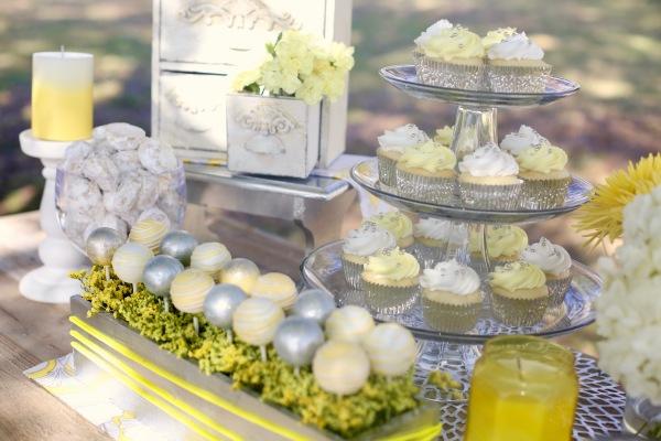 cake pops and cupcakes detail